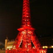 La tour Eiffel miniature éclairée