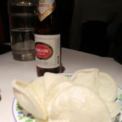 Bière asiatique et chips au crevette