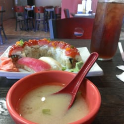 Sushi Hana - Houston, TX, États-Unis. Lunch of miso soup, tuna, white tuna and tuna lovers roll