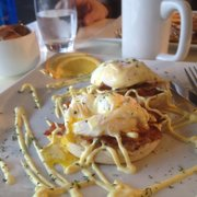 Blue Sage Cafe & Wine Bar - Eggs Benedict (bacon substituted for canadian bacon) - Baltimore, MD, Vereinigte Staaten