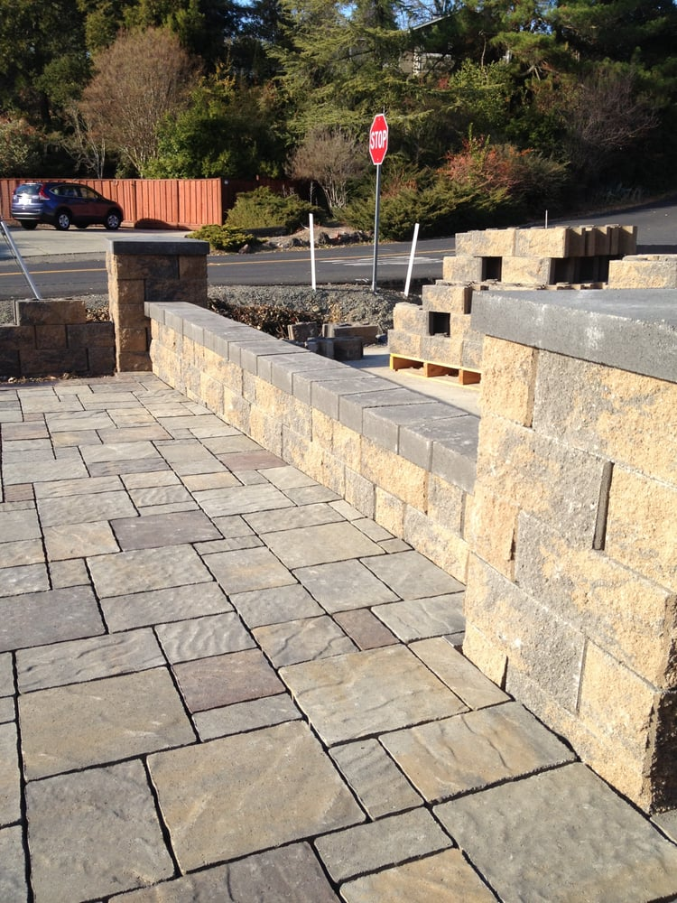 Allan block seat wall with belgard urbana stone pavers in for Belgard urbana pavers
