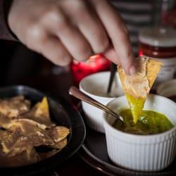 Hausgemachte Nachos und Salsas.foto by…