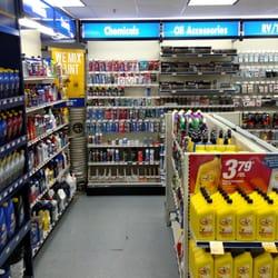 NAPA Auto Parts - Boston, MA, États-Unis. Inside the store.