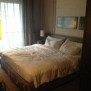 Basic room with queen bed no Eiffel…