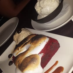 Redstone American Grill - Red velvet brownie with marshmallow and vanilla ice cream - Plymouth Meeting, PA, Vereinigte Staaten
