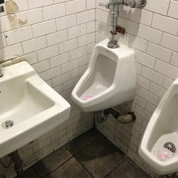 Dave's Tavern - Not sure how that urinal can be used by anyone, unless they are sitting on the sink . . . - New York, NY, Vereinigte Staaten
