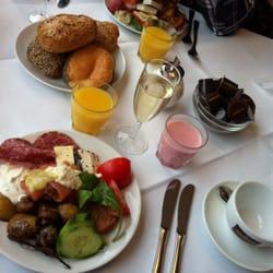 Sehr reichhaltiges Frühstücksbüffet mit…