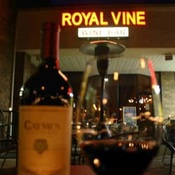 Royal Vine Wine Bar - Outside Looking In! - North Royalton, OH, Vereinigte Staaten