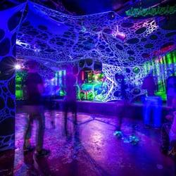 Eine noch etwas leere Tanzfläche im Club…