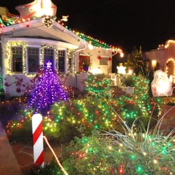 Christmas Tree Lane - Candy Cane Lane at the Holidays -- Thompson Street, Alameda (photo by K.C. Frogge) - Alameda, CA, Vereinigte Staaten
