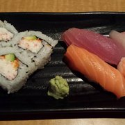 Z Sushi - Combination meal that oncludes California Rolls, salmon, tuna yellowtail(?) and shrimp. - Alhambra, CA, Vereinigte Staaten