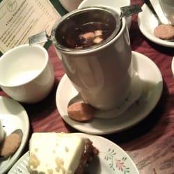 Köstlicher Tee, delikater Carrot-Cake,…