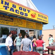 In & Out Tacos - Garland, TX, États-Unis. Walk-up window with seating outside or you can use the drive-through