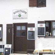 Eingang der Knorrhütte mit Bergkatze im…