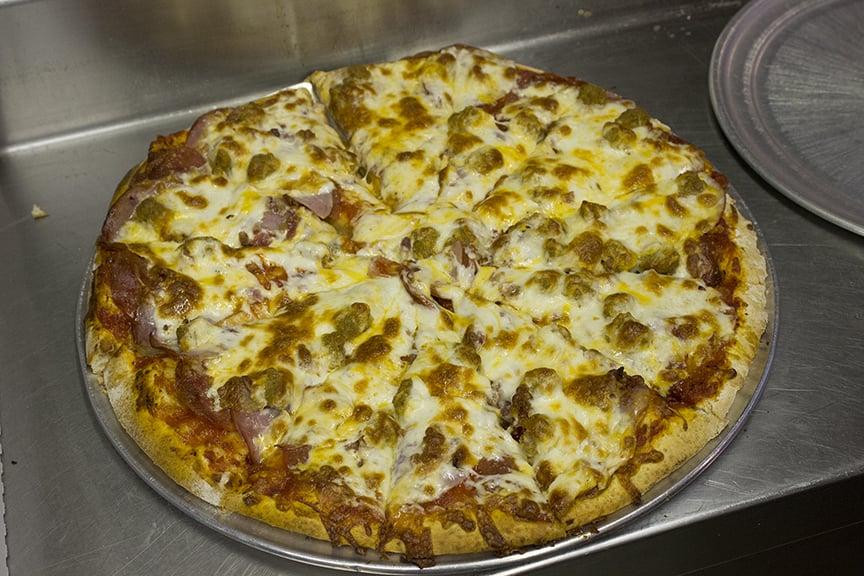 Company Creek Pizza: 502 W Manson Hwy, Chelan, WA
