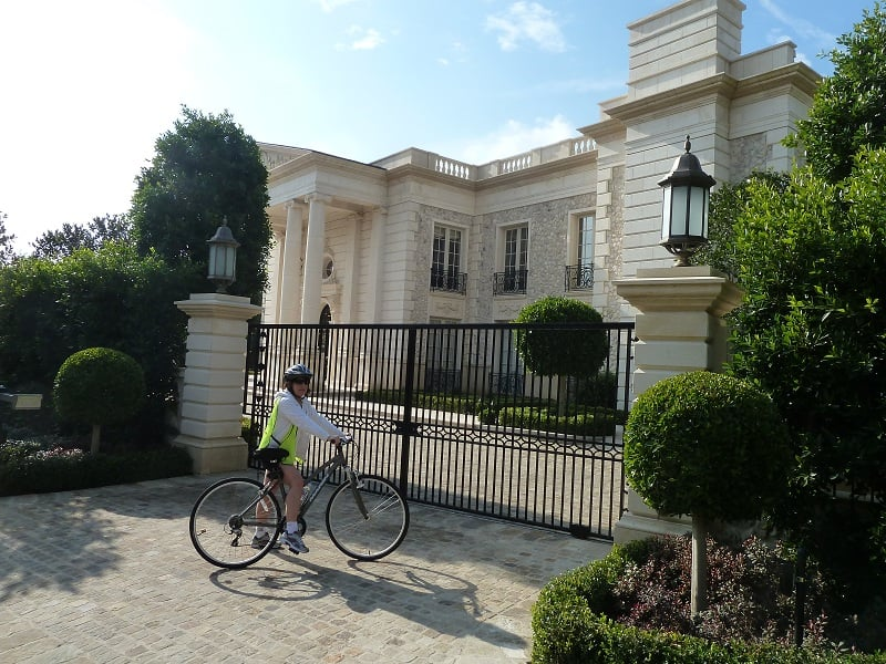 Movie star homes bike tour that 39 s our client in front of for Celebrity house tour la