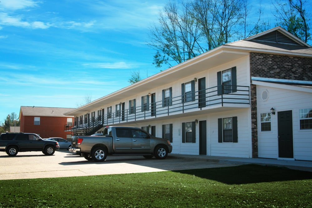 Holiday apartment homes apartments 2006 oak grove rd for Home builders in hattiesburg ms