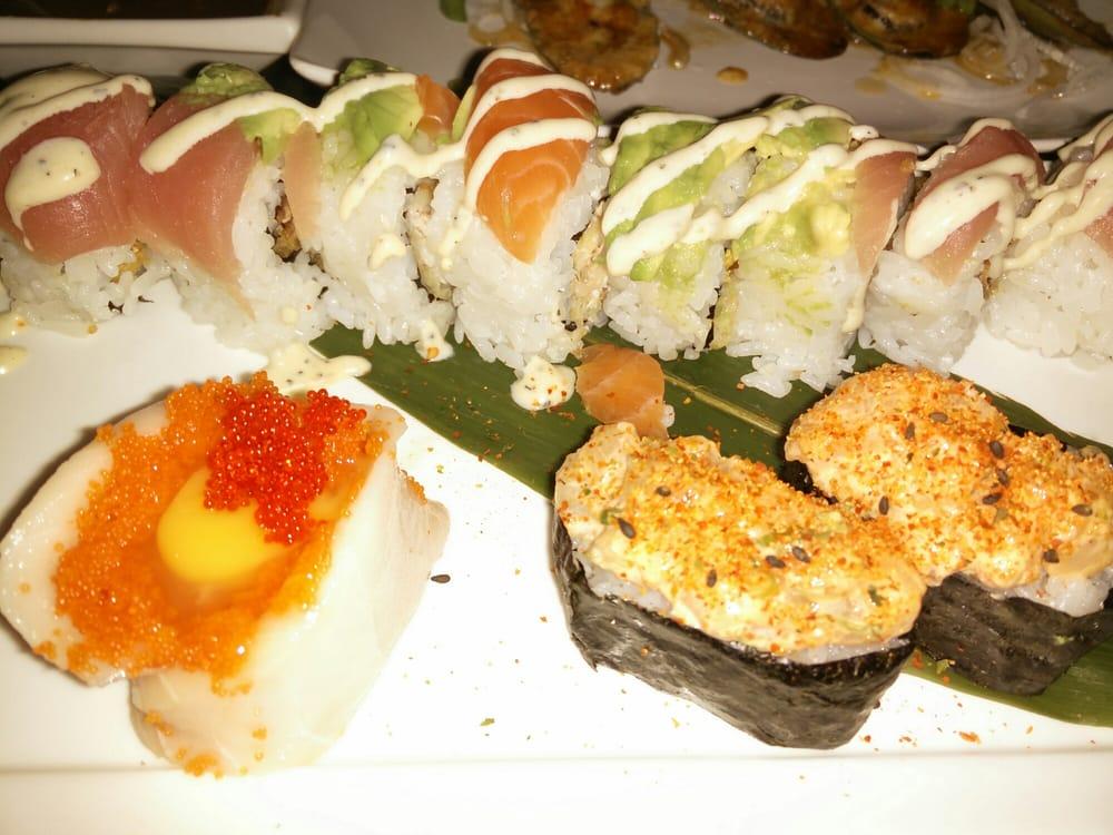 Half & half roll, chopped scallop sushi, and bleeding ...