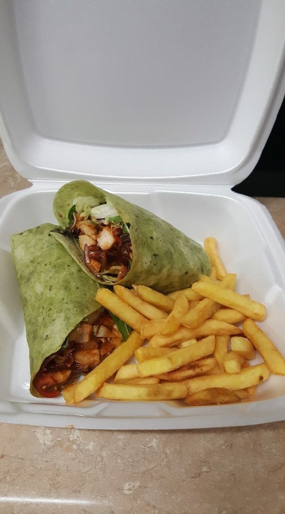 Maw's Sandwich and Snack Shop: 39570 Hwy 23, Buras, LA