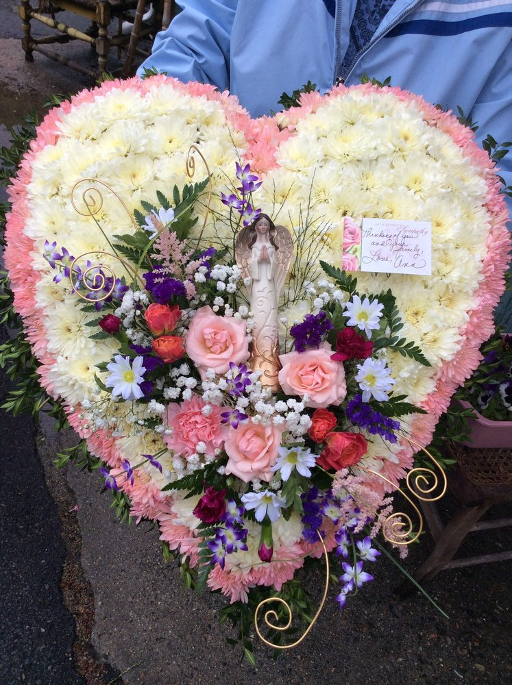 Elaine's Flowers: 580 Great Rd, North Smithfield, RI