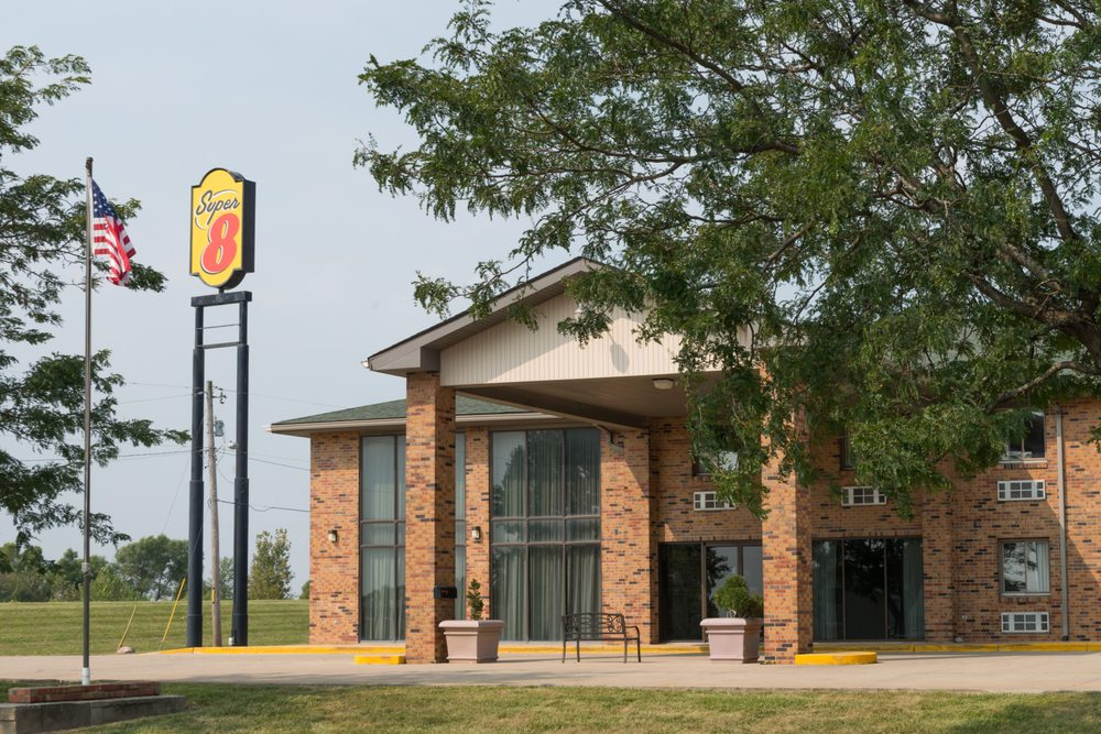 Super 8 by Wyndham Staunton: 1527 Herman Road, Staunton, IL