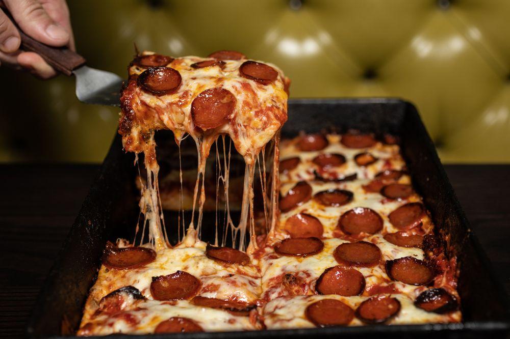 Green Lantern Pizza: 4033 W 12 Mile Rd, Berkley, MI