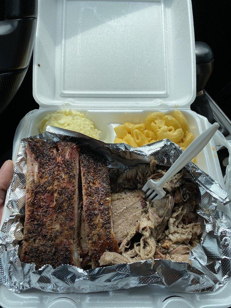 Smokin' Joe's Pit BBQ: 807 N 1st St, Carrizo Springs, TX