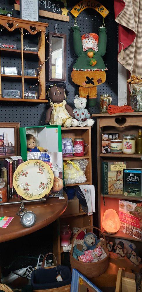 Vintage Treasures Antique Mall & Flea Emporium: 101 N Mulberry St, Corydon, IN