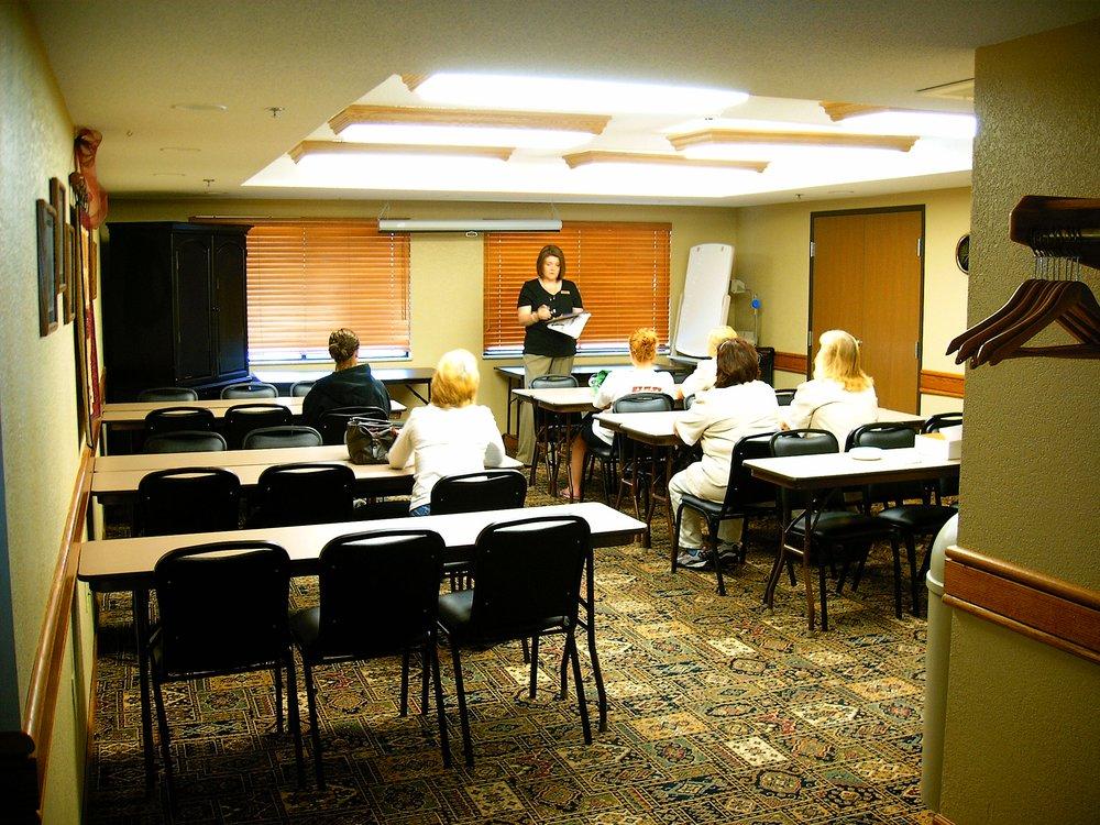 Madelia Hotel & Suites: 620 Haynes Ave NE, Madelia, MN