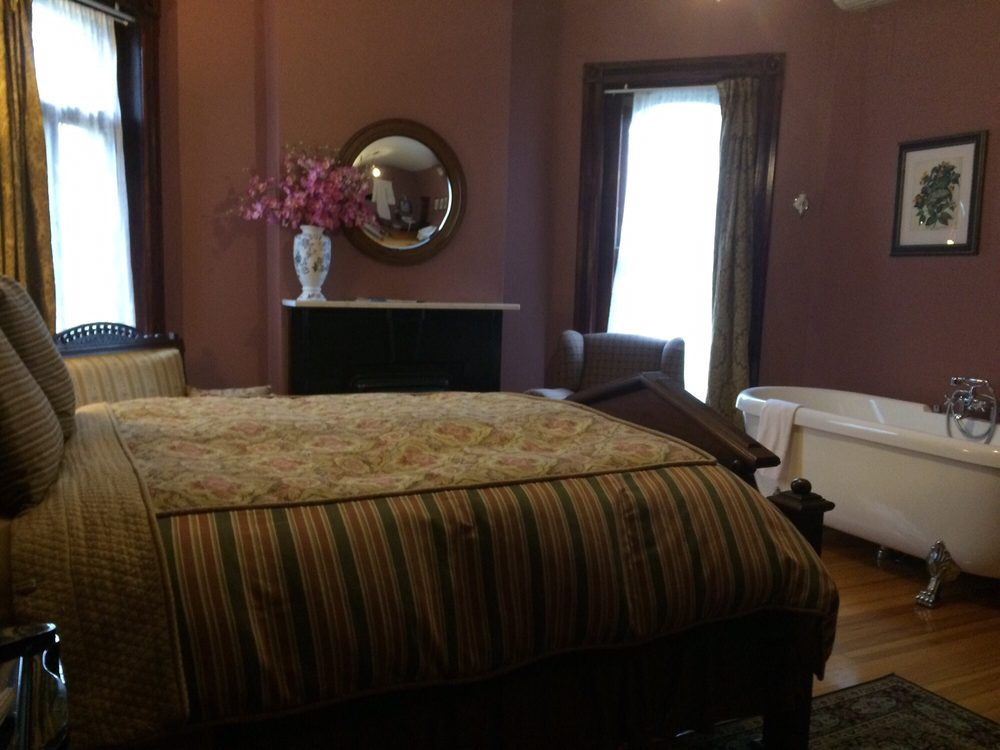 Whiskey Mansion Bed & Breakfast: 1723 Francis St, Saint Joseph, MO