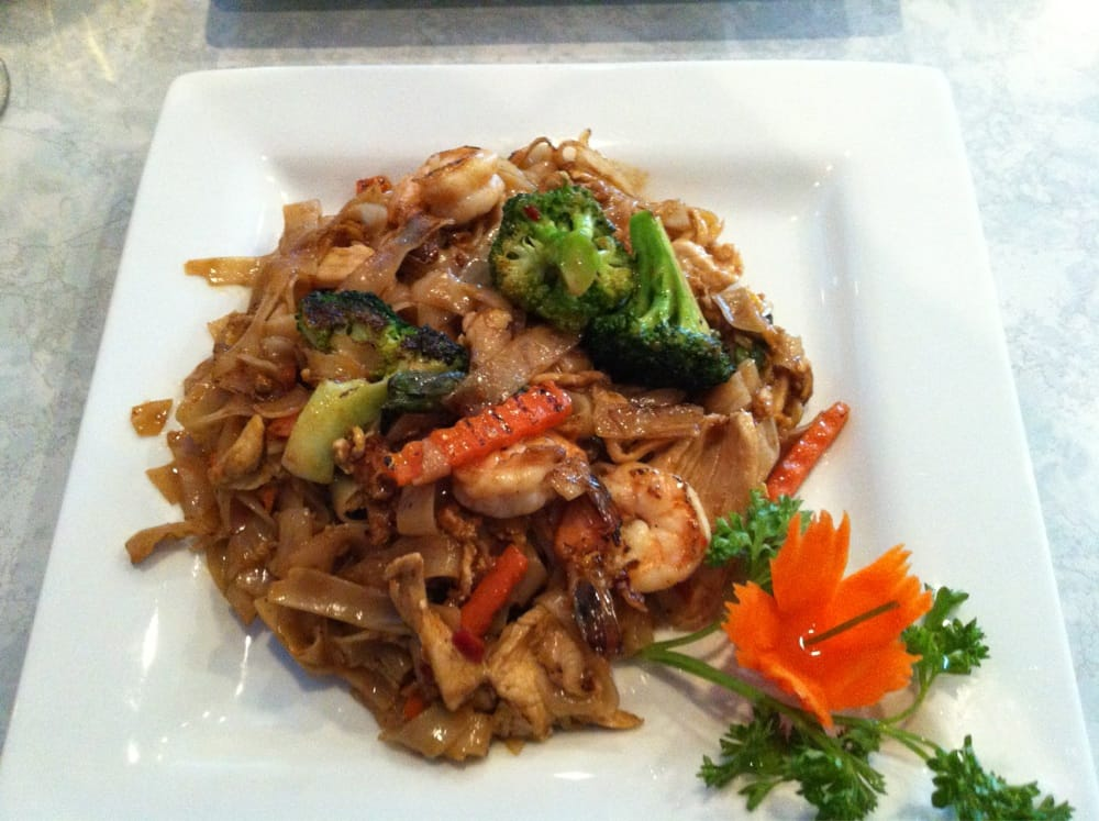 Crazy noodles flat thicker noodles with shrimp chicken for 8 spices thai cuisine