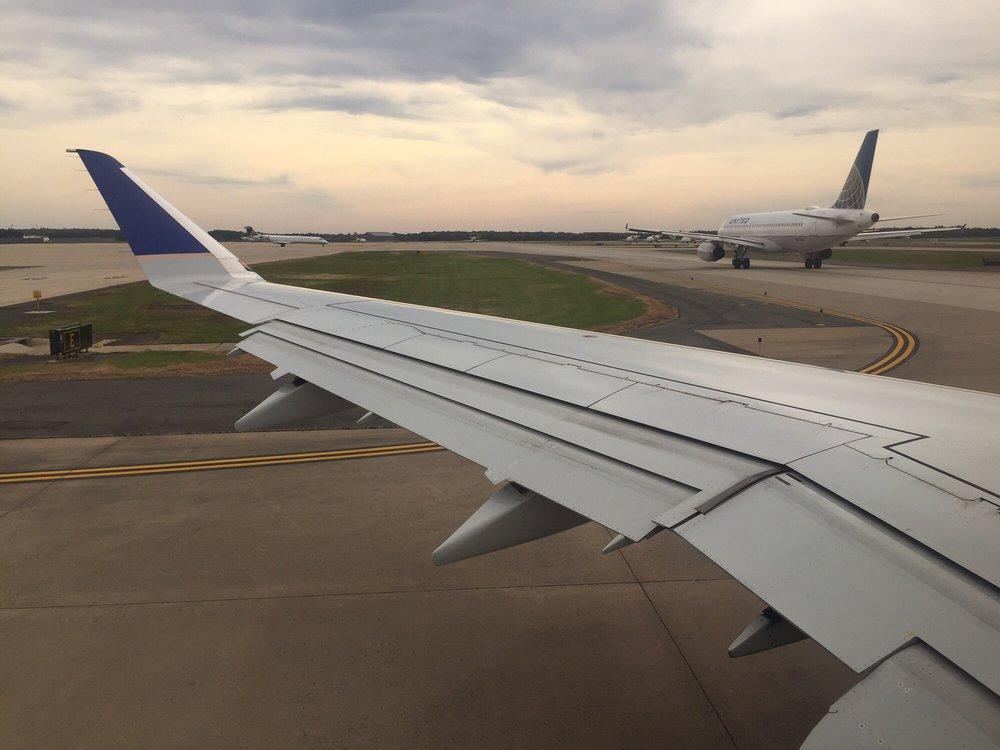 United Airlines: 1 Saarinen Cir, Dulles, VA