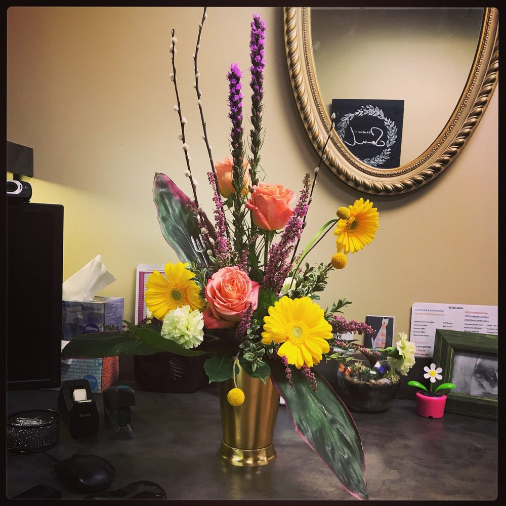 Licata's Flowers Shop: 207 SE 3rd St, Lee's Summit, MO