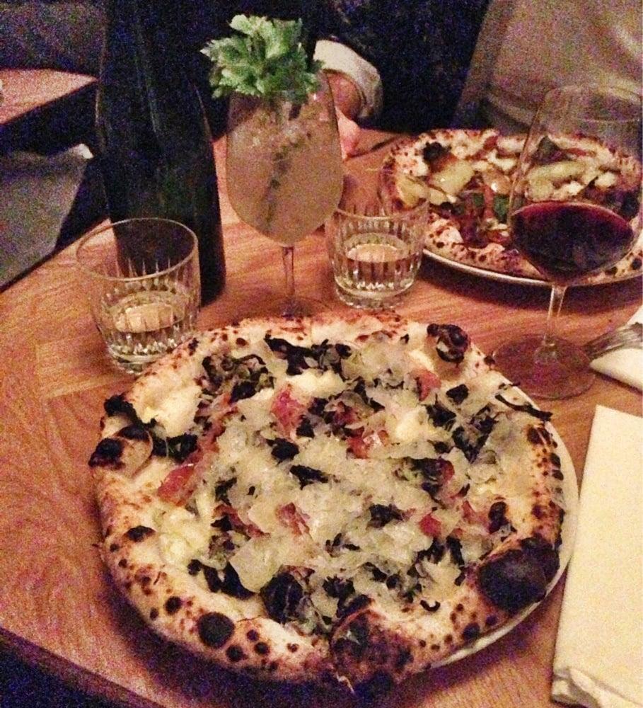 Pizza Med Svampe Porrer Peccorino Og Bæst Mozzarella Yelp