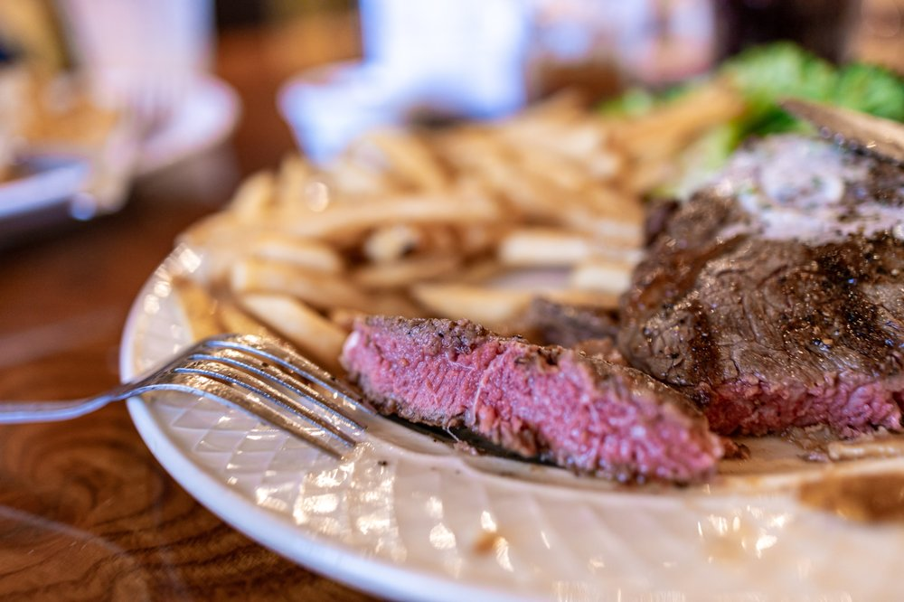 Harris Ranch Inn & Restaurant: 24505 W Dorris Ave, Coalinga, CA