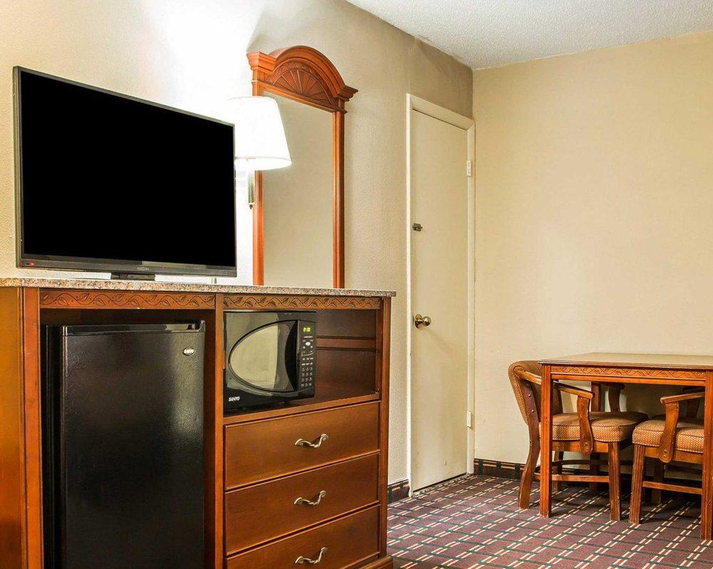 Econo Lodge: 13-485 SR 15, Montpelier, OH