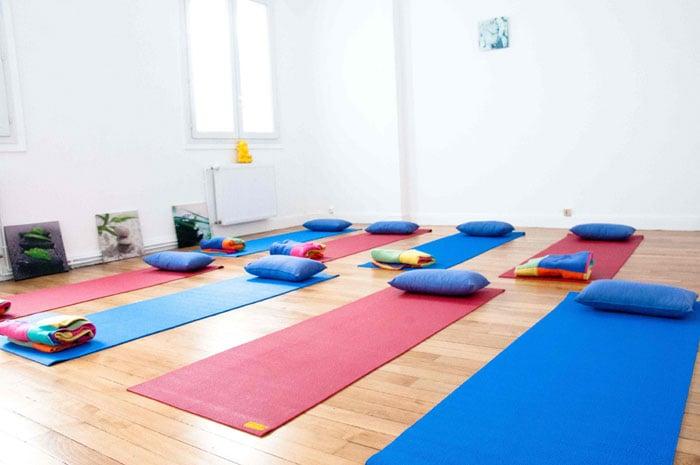 Notre salle de yoga tres cozy avec 8 tapis coussins et for Tapis yoga avec canapé avec pouf intégré