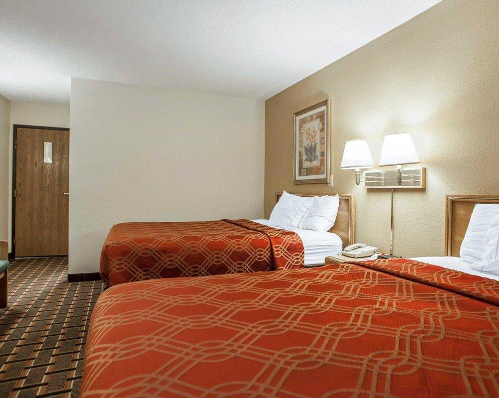 Econo Lodge Inn & Suites: 815 Golden Valley Drive, Bettendorf, IA