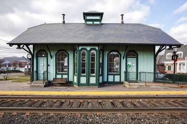 Park Ridge Train Station: 1 Hawthorne Ave, Park Ridge, NJ