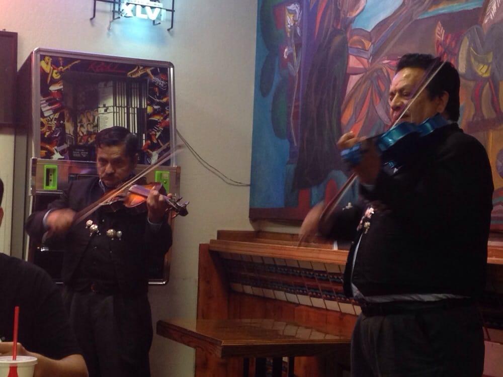 Eine Mariachi Band sorgt für die richtige Stimmung - klingt nach ...