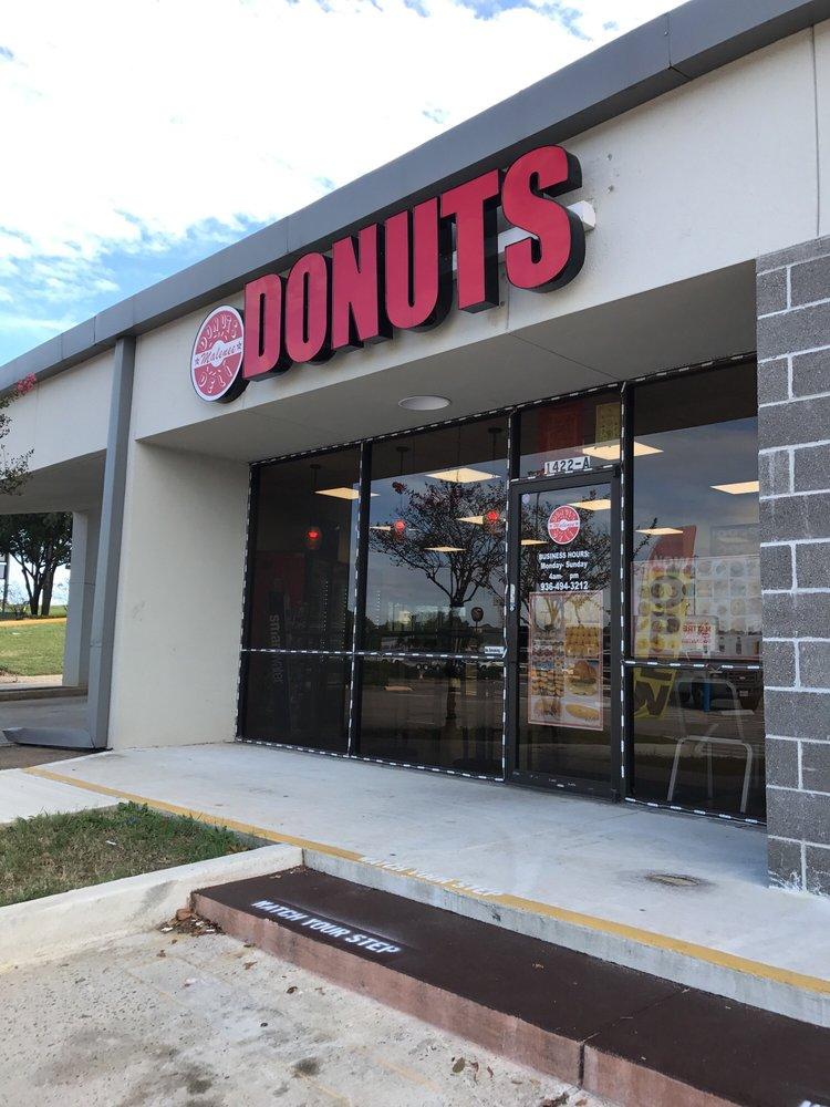 Malenee Donuts: 1422 N Loop 336 W, Conroe, TX