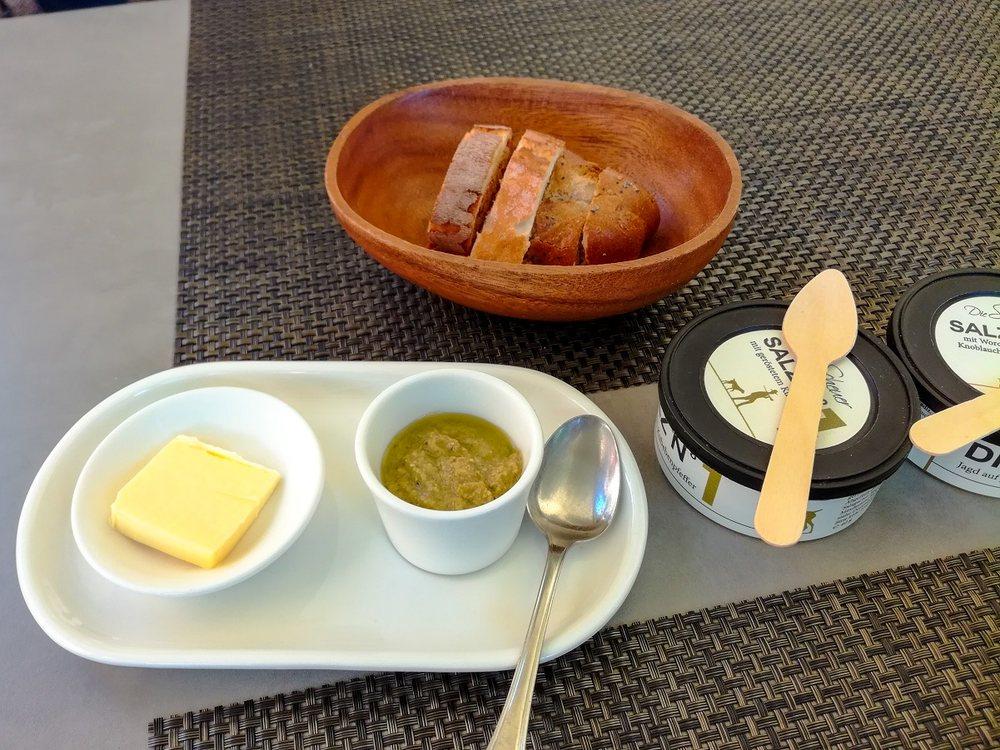 Gruß aus der Küche: Leckeres Brot mit Butter, Würzsalzen und ...