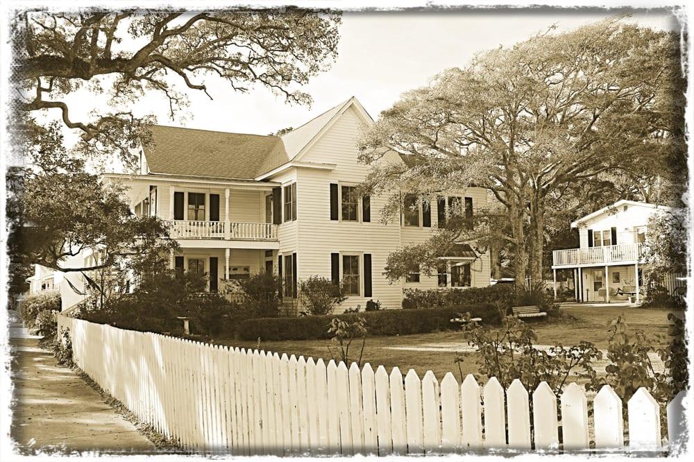 Lois Jane's Riverview Inn: 106 W Bay St, Southport, NC