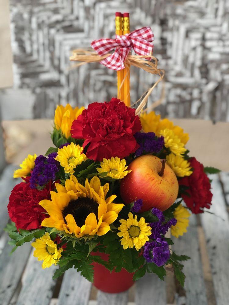 Kara's Flowers and Victorian Gardens: 148 Cataldo Way, Groveland, FL