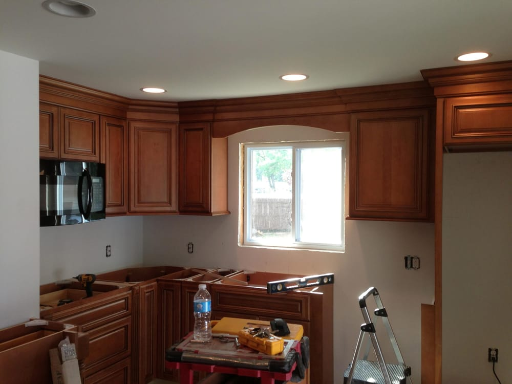 Raised panel maple cabinets and crown up to the ceiling ...