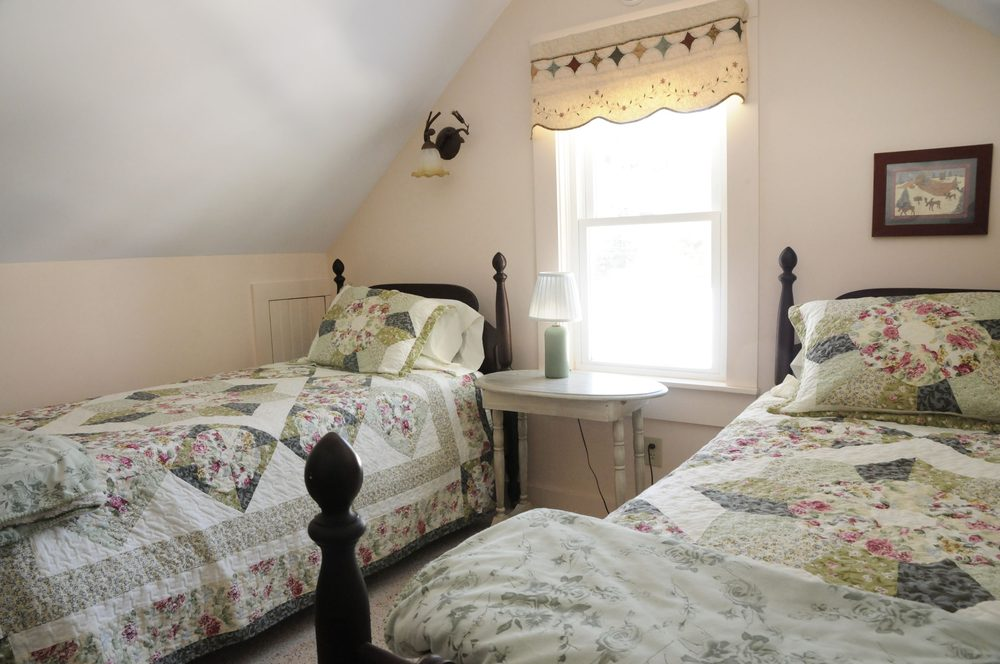 Farm By The River B & B with Stables: 2555 W Side Rd, North Conway, NH