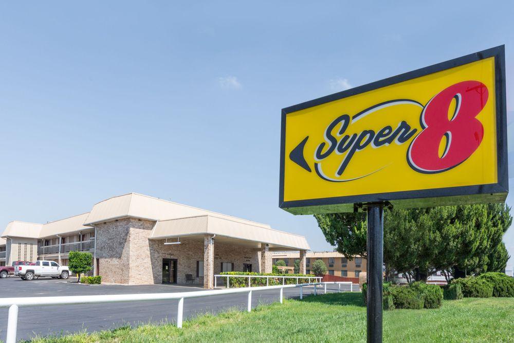 Super 8 by Wyndham Clovis: 2912 Mabry Drive, Clovis, NM