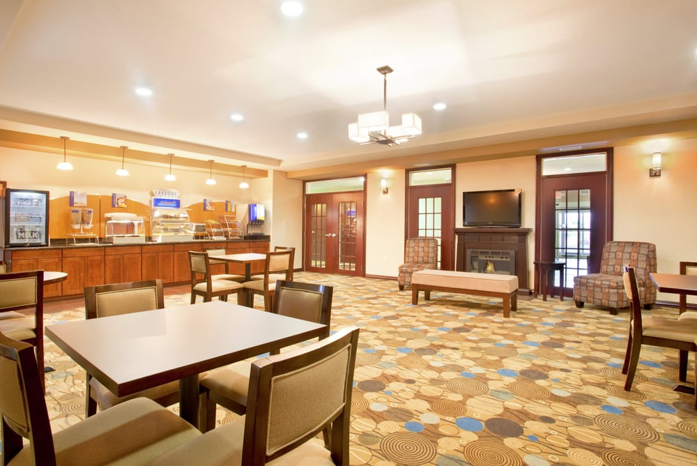 Holiday Inn Express Le Roy - Bloomington Area: 705 S Persimmons Ct, Leroy, IL