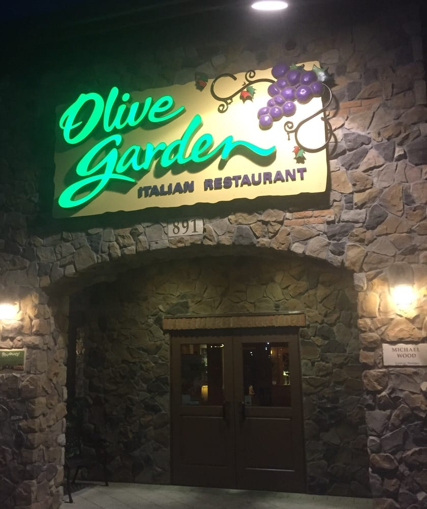 Dining Well Olive Garden For Mom: Olive Garden In The Night.