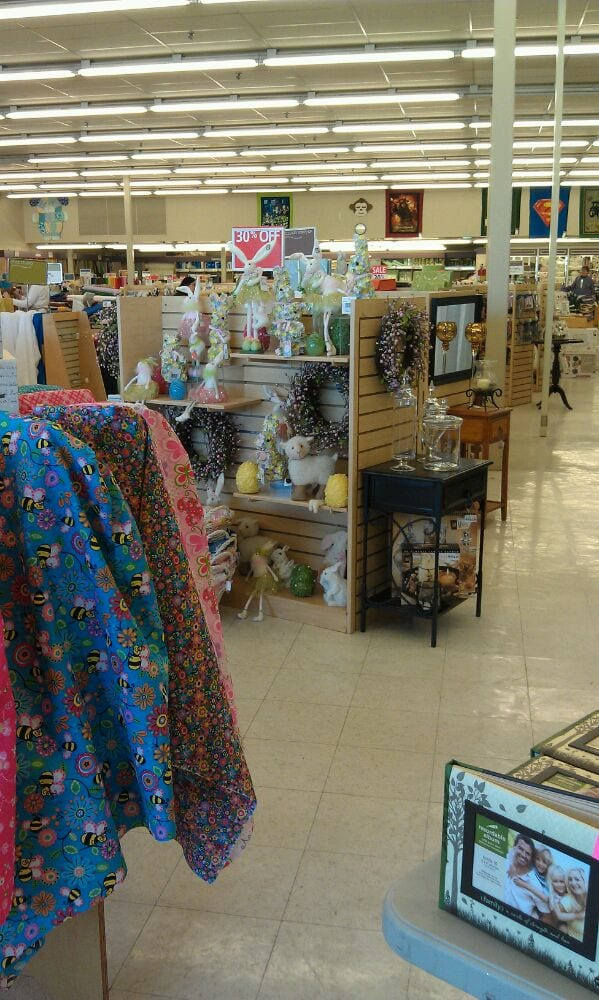 Hancock fabrics closed fabric stores 633 e 3300 s for Fabric outlet near me